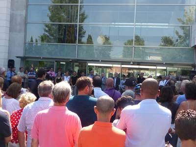 Concentració massiva a les portes de l'Ajuntament de Salou  per condemnar els atemptats de Barcelona i Cambrils