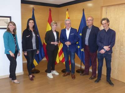 L'Ajuntament lliura el pin de plata a Begoña Romero pels seus 25 anys de servei