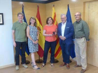 L'Ajuntament lliura el pin de plata a Mercedes Madrid Valverde pels seus 25 anys de servei