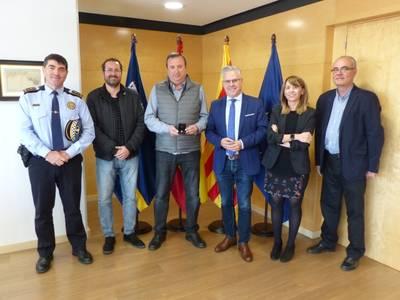 L'alcalde lliura el pin de plata a Joan Montalà pels 25 anys de dedicació a la Policia Local de Salou