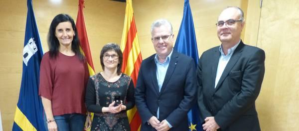 L'alcalde lliura el pin de plata a la professora de l'Escola Municipal de Música Montserrat Crusat pels seus 25 anys de servei