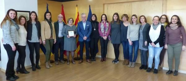 L'alcalde lliura una placa a la professora Anna Llop en motiu de la seva jubilació