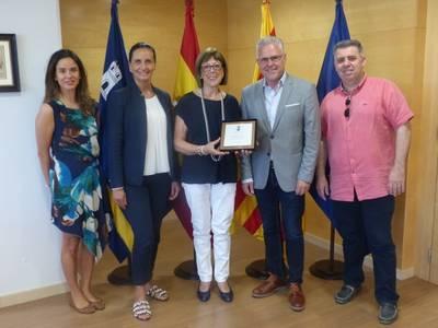L'alcalde lliura una placa a la professora Montserrat Ferré en motiu de la seva jubilació