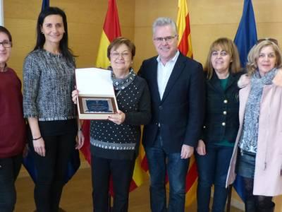 L'alcalde lliura una placa a la professora Àngels Vidal en motiu de la seva jubilació