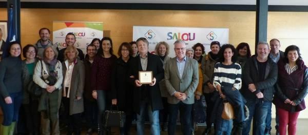 L'alcalde lliura una placa al professor Josep Viladrich en motiu de la seva jubilació