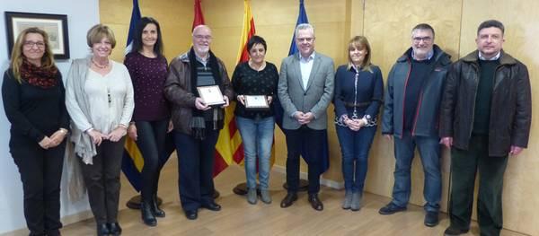 L'alcalde lliura una placa al professor Raimon Mateu de la Casa i la professora Mercè Requesens Torrelles en motiu de la seva jubilació