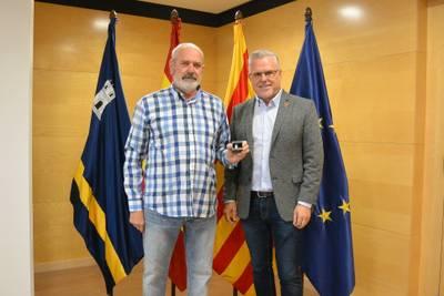 L'alcalde Pere Granados lliura el pin de plata al treballador Antonio Alejandre Vega, pels seus 25 anys de servei a l'Ajuntament