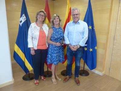 L'alcalde de Salou homenatja l'artista Carmen Alquézar amb motiu de la seva jubilació