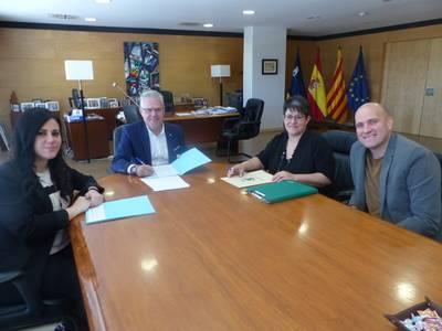 L'alcalde Pere Granados i la regidora Estela Baeza amb la Asociación de Asistencia Social Eluzai