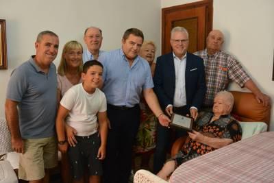 L'alcalde de Salou felicita la Sra. Amparo Macia Torroja com a homenatge pel centenari del seu naixement