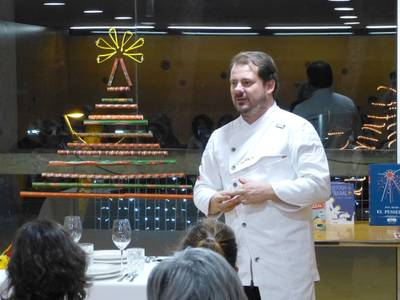El xef Pep Moreno, del restaurant 'Deliranto', mostra com parar la taula de Nadal en un taller solidari a la Biblioteca de Salou, en benefici de La Marató de TV3