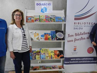 La biblioteca de Salou rep una donació de llibres infantils de mans del Club Tennis Salou H2O