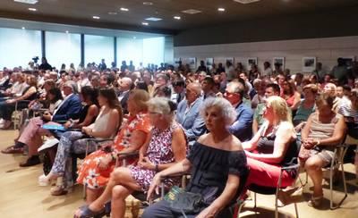 sala de plenos plena durant el prego.JPG