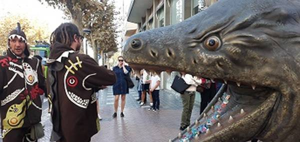 La cercavila popular de la Festa Major del 30 d'Octubre de Salou atreu a centenars de curiosos