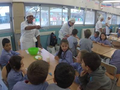 Alumnes del taller de cuina de la UEC, professors de cupcakes a l'Escola Salou