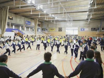 Els alumnes de les escoles de Salou se sumen a la Festa Major amb un ball conjunt de sardanes