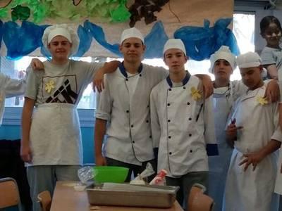 Els joves de la UEC han estat mestres de cuina d'una cinquantena d'alumnes de l'Escola Salou