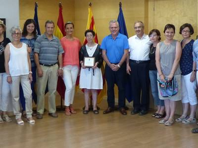 L'Ajuntament lliura una placa d'homenatge a Dolors Cedó en motiu de la seva jubilació