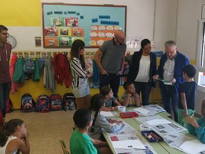 L'alcalde de Salou visita l'escola Santa Maria del Mar durant els primers dies de curs