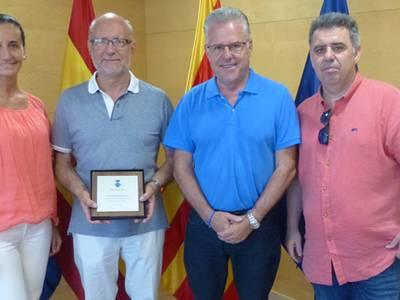 L'alcalde lliura una placa al professor Josep Maria Reventós en motiu de la seva jubilació