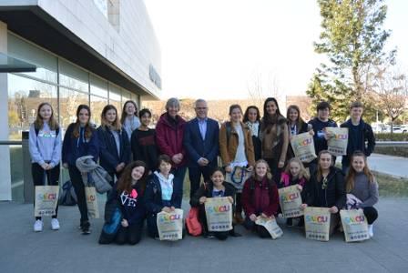 L'alcalde Pere Granados i la regidora de Serveis Educatius, Julia Gómez, reben l'alumnat de l'escola anglesa St. Bartholomew's, d'intercanvi amb l'Escola Elisabeth