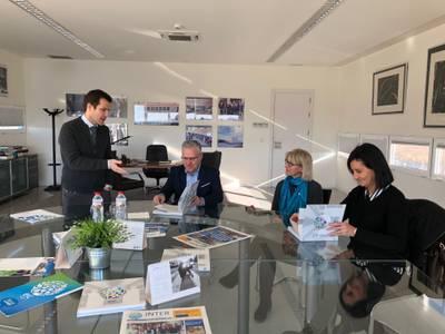 L'alcalde visita l'Escola Internacional del Camp