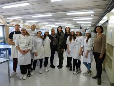 L'alumnat de la Unitat d'Escolarització Compartida (UEC) exerceix com a professor de cuina per un dia, a l'Escola Salou