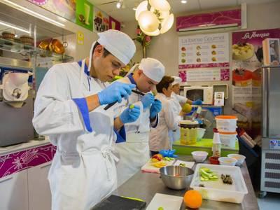 L'empresa local La Ibense ofereix un curs de pastissos i postres als alumnes de la UEC de Salou