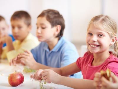 L'Ajuntament de Salou distribueix la targeta moneder de menjador escolar a domicili