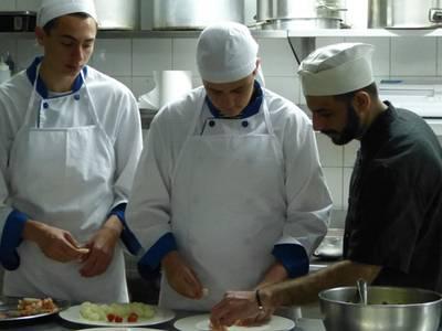 Un total de 14 alumnes de la UEC aprenen cuina al restaurant 'La Goleta'