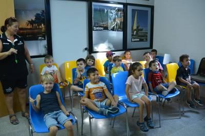 nens i nenes mirant una pel·lícula a la sala de projecció.JPG