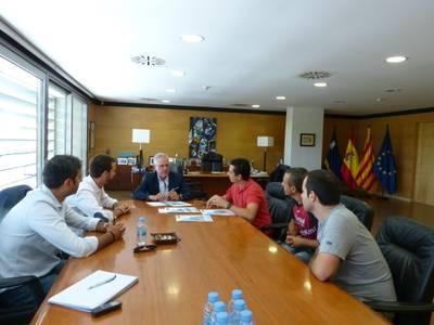 L'alcalde de Salou, Pere Granados, estén la mà als voluntaris de Sosciathlon