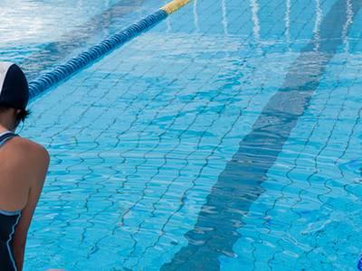La piscina del pavelló municipal d'esports renova el servei de salvament i socorrisme aquàtic i monitoratge