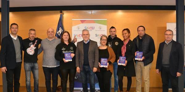 L'alcalde de Salou, Pere Granados, lliura les plaques als establiments guardonats del 'Rally de Tapes' 2019