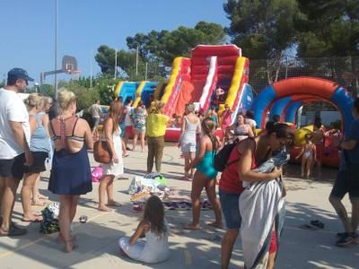 Els barris de Salou es refresquen amb inflables i atraccions d'aigua per a la mainada