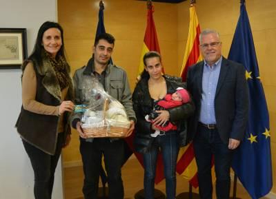 L'alcalde Pere Granados i la regidora d'Infància i Joventut, Julia Gómez, reben la primera salouenca nascuda l'any 2020, la Noemí Lázaro Pastor