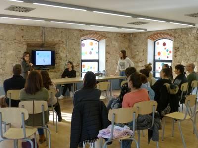 Les famílies de Salou aprenen primers auxilis a la cinquena sessió de l'Escola de Pares
