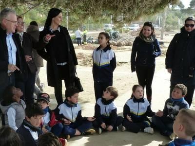 Els alumnes de les sis escoles de Salou han col·laborat en una plantada popular a la platja Llarga