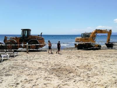 L'Ajuntament reposa arena a diverses platges per començar la temporada alta