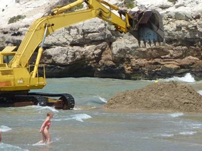 La capital de la Costa Daurada actúa a la platja Llarga per mirar de recuperar l'amplada del litoral