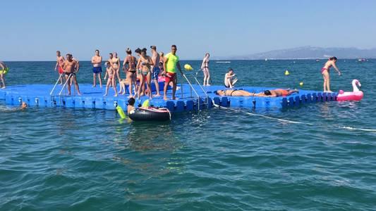 Les platges de Salou ja disposen de les plataformes flotants pel lleure dels banyistes