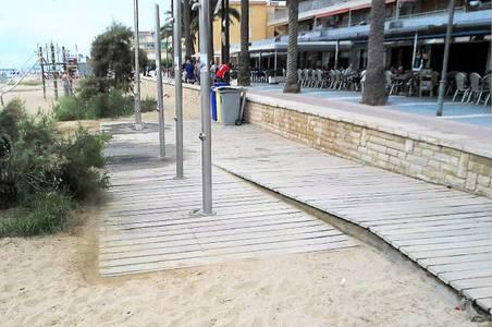 Salou continua amb la millora de 5 plataformes de dutxa de la platja de Ponent