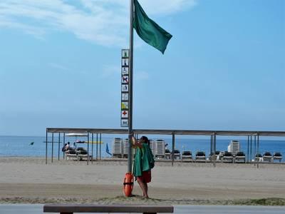 hissant bandera a la platja.jpg