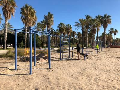Salou instal·la vuit nous jocs de cal·listènia a la platja de Llevant