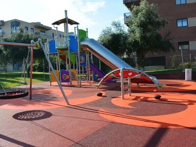 Salou tanca tots els parcs municipals, zones públiques d'oci i jocs infantils, així com les pistes esportives i les platges, per evitar la concentració de persones i menors