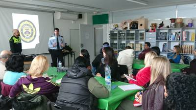 La Policia de Salou acosta als nouvinguts del Centre d'Adults la informació d'interès ciutadà i sobre l'ordenança cívica del municipi