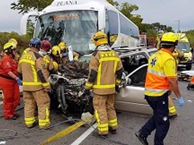 Un xoc frontal entre un vehicle i un autobús deixa un balanç de 5 víctimes mortals