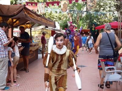 Els joglars, acròbates, bufons i músics sumen esforços en la inauguració del XIX Mercat Medieval de Salou