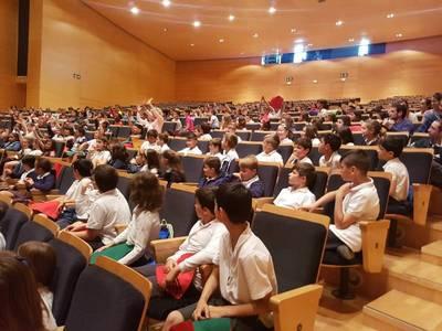 """300 alumnes de les escoles de Salou han omplert el TAS per visualitzar l'espectacle sobre consum responsable  """"La Botigueta"""""""