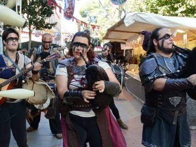 Salou enceta el Mercat Medieval amb el pregó i l'espectacle d'Els Jofres, enmig d'una gran expectació